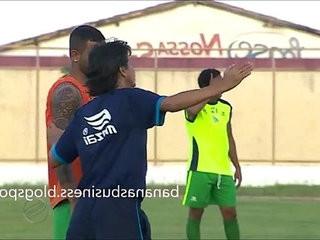 Jogador de Futebol exibe o Pau durante o Jogo | outdoors